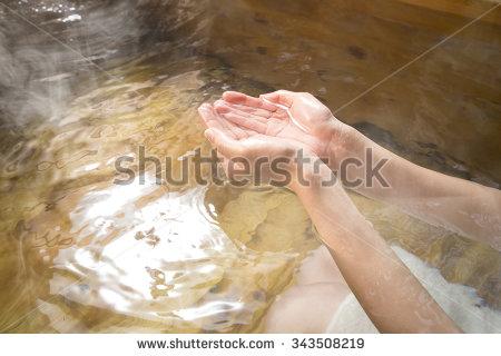 石けんやシャンプーを使わずにお湯だけでも、ほとんどの汚れは落ちる